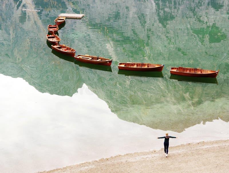 Moça que aprecia o cenário do outono do lago Braies imagens de stock