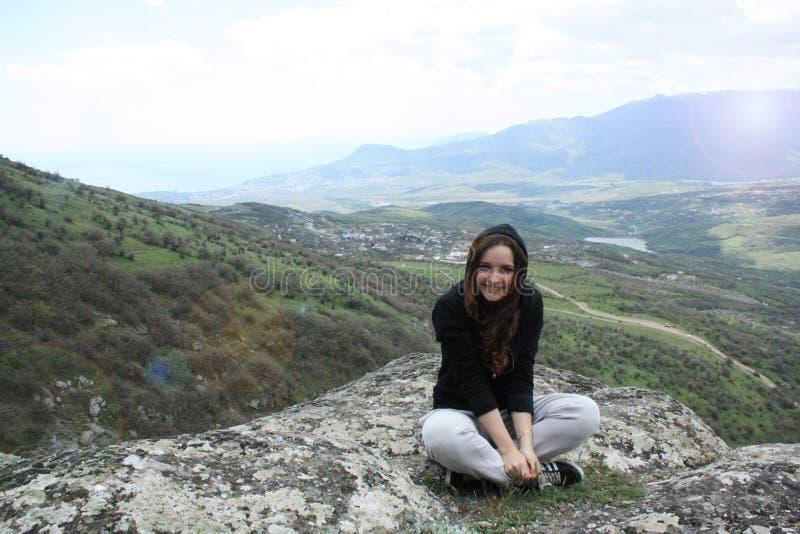 Moça que aprecia o por do sol na montanha máxima Viajante do turista no modelo da opinião da paisagem do vale do fundo Caminhante fotografia de stock royalty free