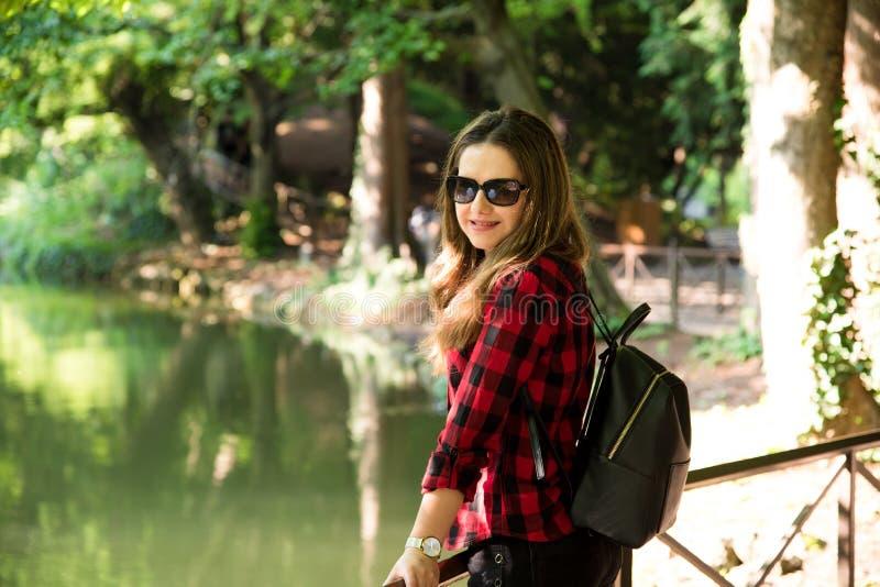A moça que aprecia o sol e a natureza no parque, no b imagens de stock
