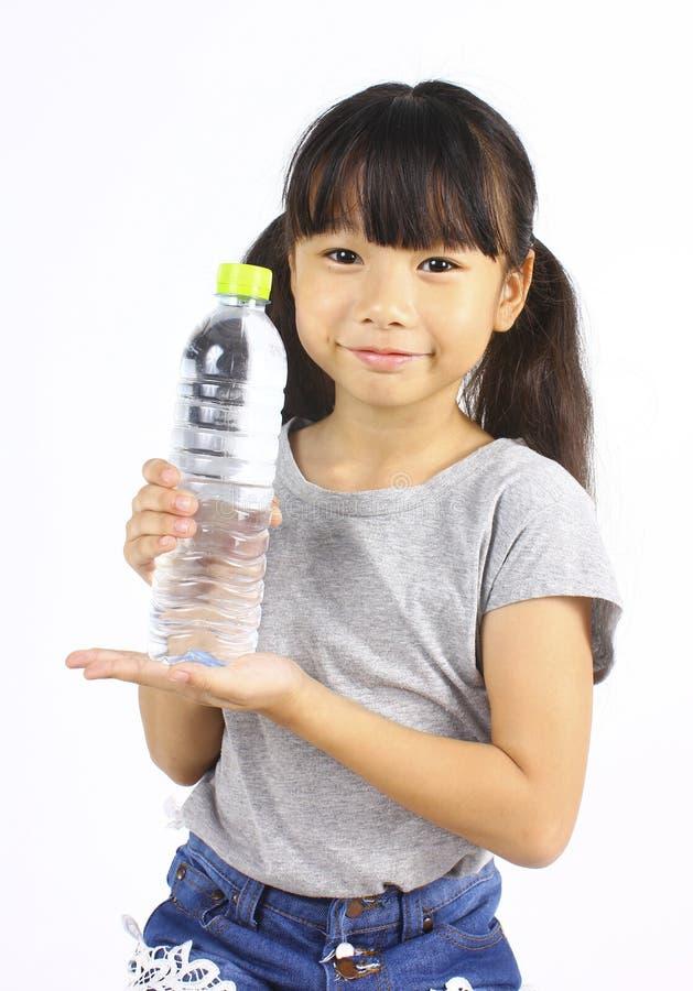 Moça que bebe a água fresca de uma garrafa foto de stock