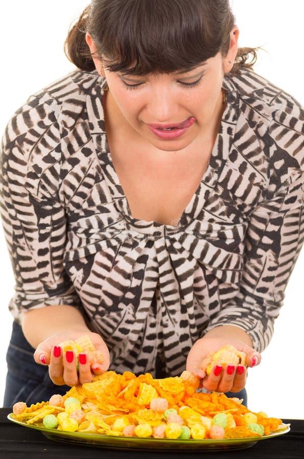 Moça que come demais a comida lixo foto de stock royalty free