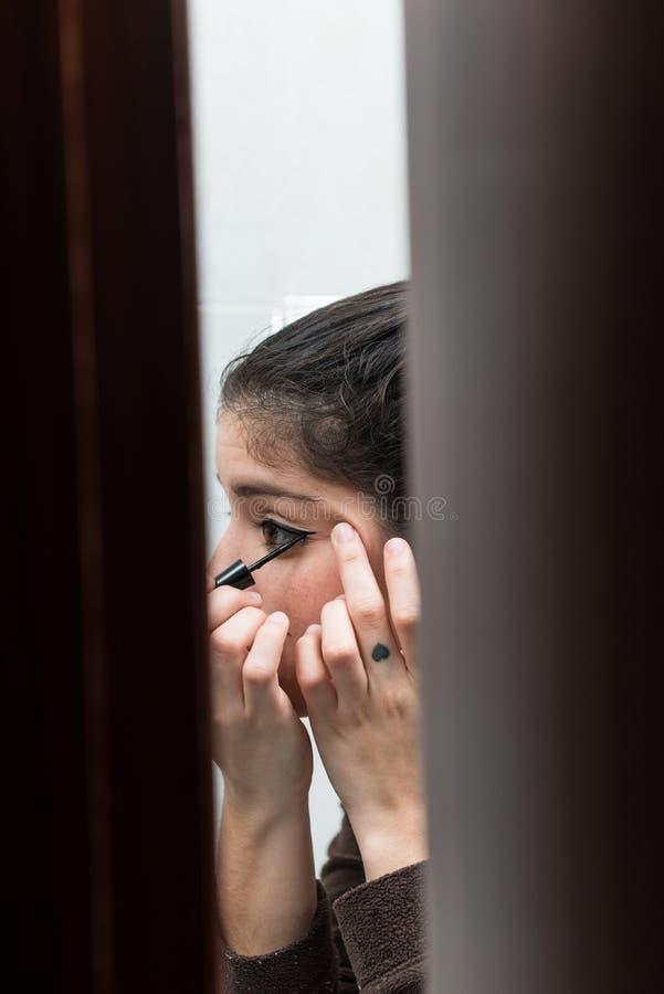Moça que compõe a vista através da entrada do banheiro imagens de stock royalty free