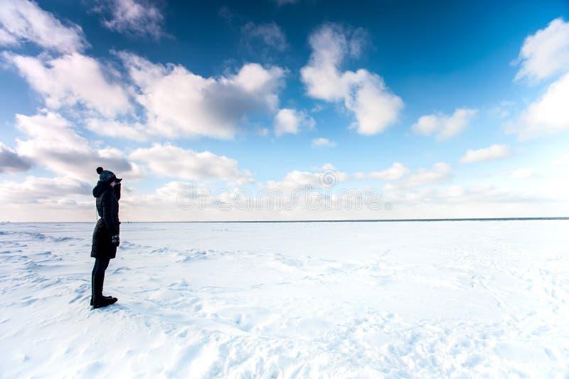 Moça que contempla o mar congelado no tempo de inverno fotos de stock
