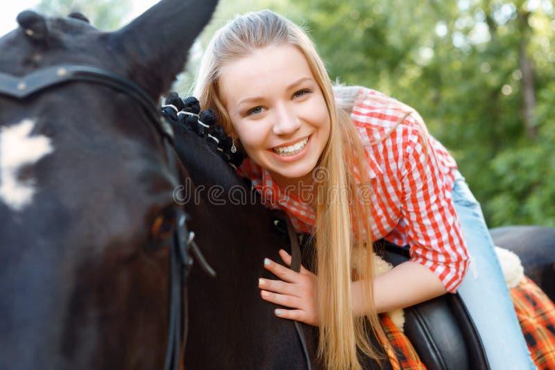Moça que encontra-se no cavalo fotografia de stock