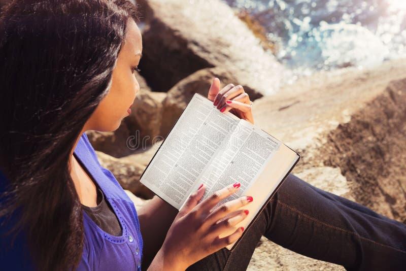 Moça que estuda sua Bíblia fora imagens de stock