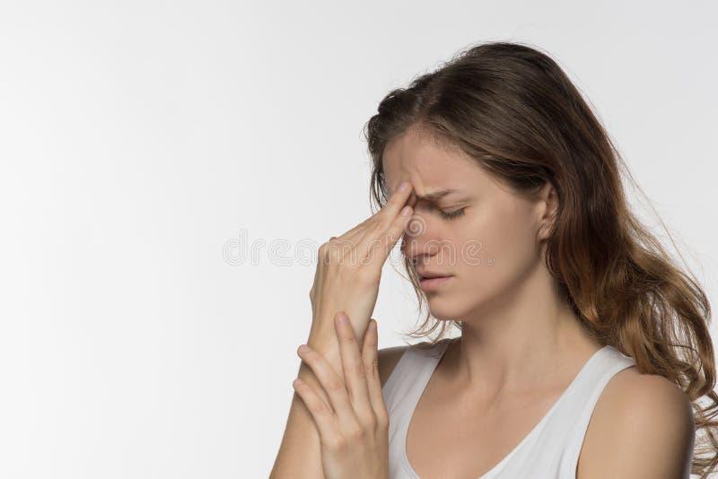 Moça que experimenta a dor de cabeça ou a depressão e lamentada sobre fotografia de stock royalty free