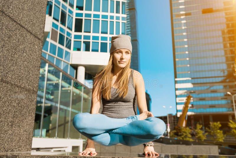 Moça que faz a ioga fora na cidade foto de stock royalty free