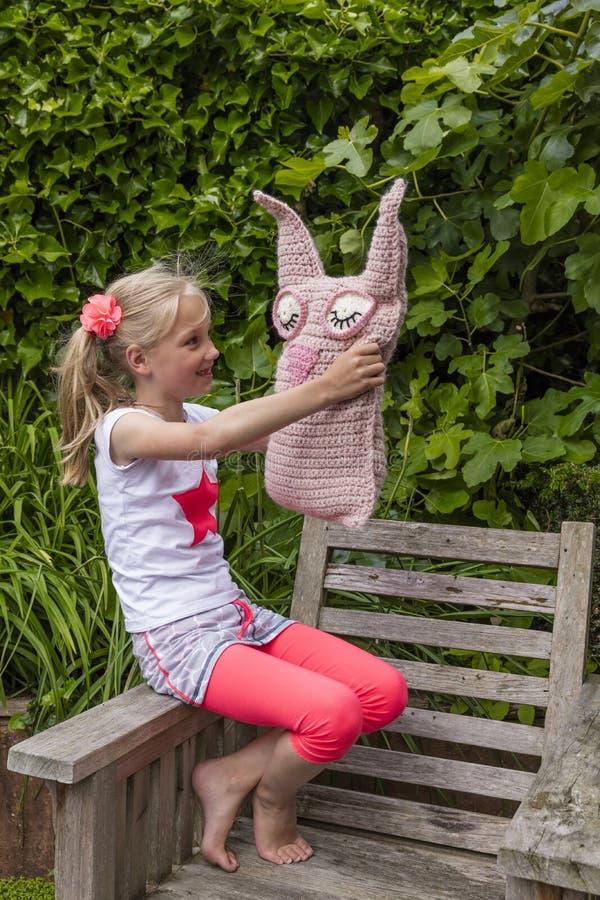 A moça que guarda caseiro faz crochê o brinquedo fotos de stock royalty free