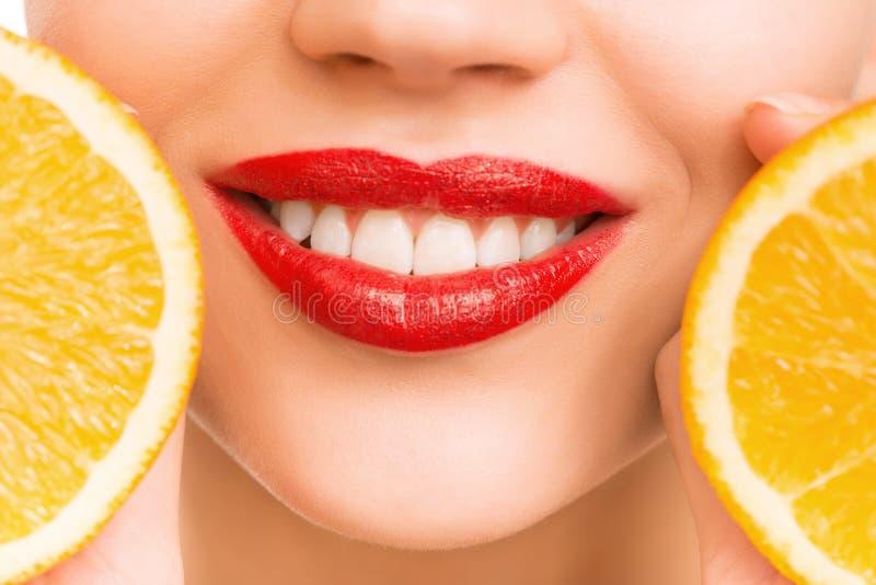 Moça que guarda laranjas fotografia de stock royalty free