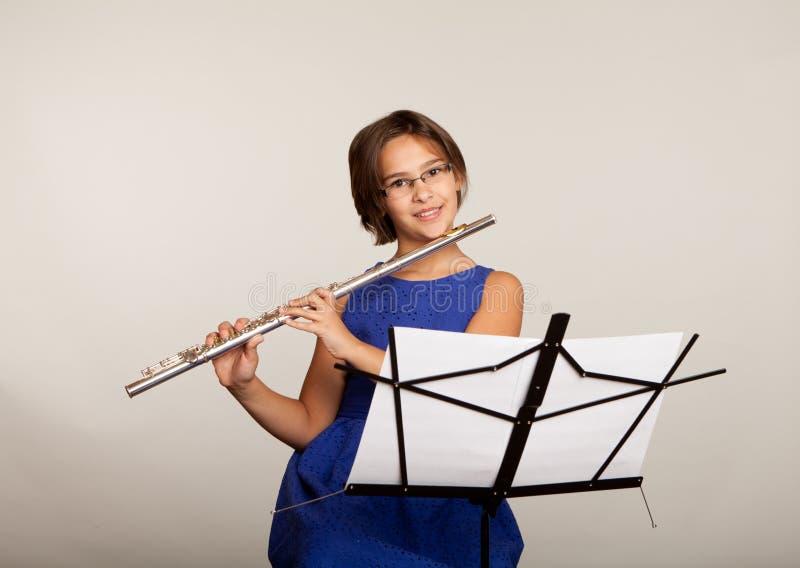 Moça que joga uma flauta imagens de stock