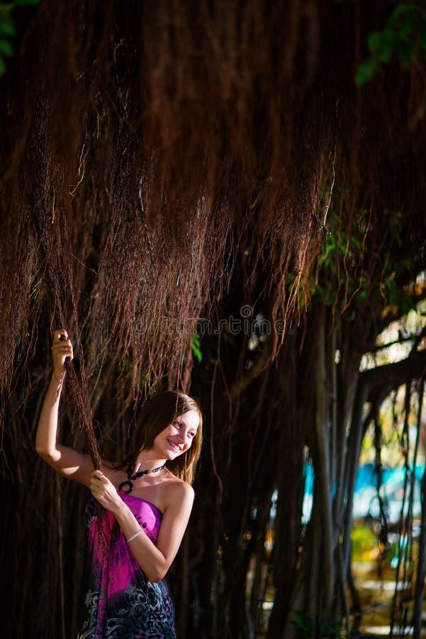 Moça que levanta com as videiras tropicais marrons fotos de stock royalty free