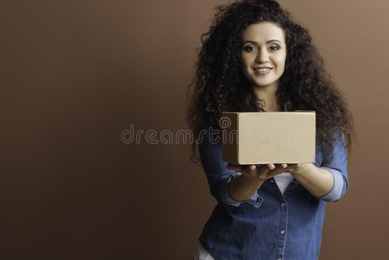 Moça que levanta com pacote imagens de stock royalty free