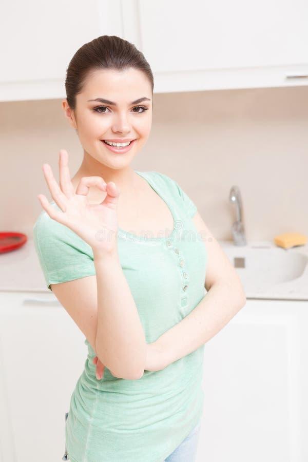 Moça que levanta na cozinha fotografia de stock