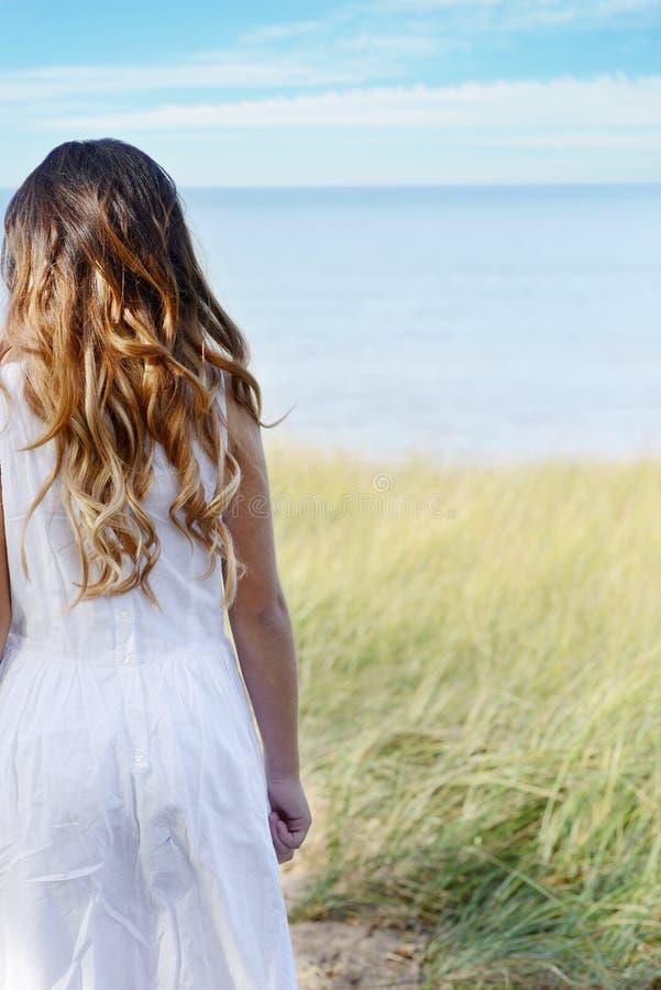 Moça que olha o oceano foto de stock