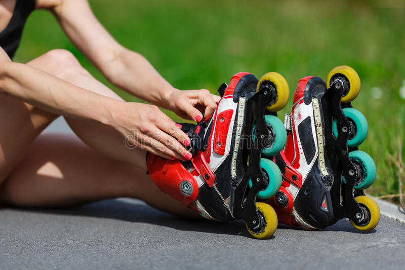 Moça que põe sobre patins inline fotografia de stock