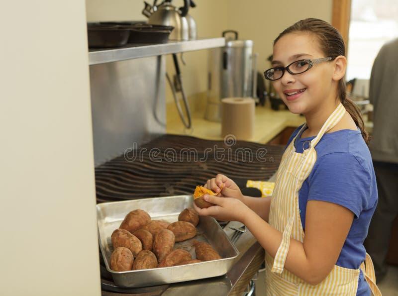 Moça que prepara batatas doces imagens de stock royalty free