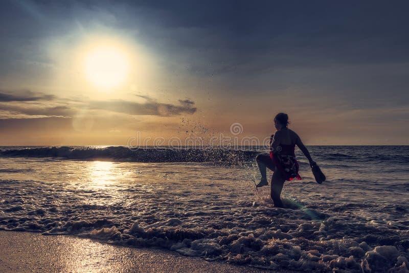 Moça que retrocede a onda do mar África Angola, Caboledo fotografia de stock royalty free