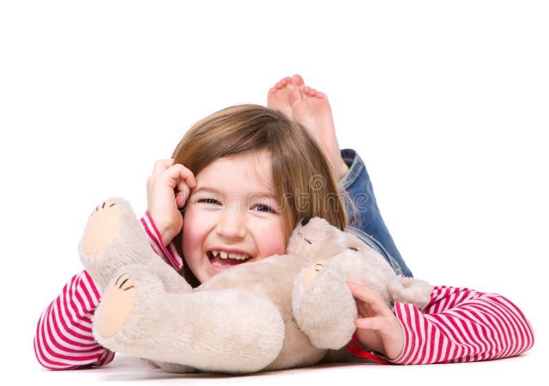 Moça que ri com urso de peluche imagem de stock royalty free