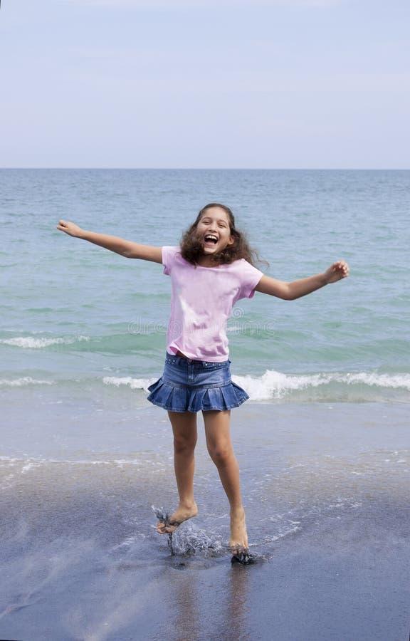 A moça que salta acima em uma praia em Panamá fotos de stock