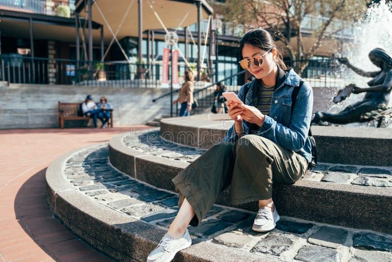 Moça que senta-se na fonte em San Francisco fotos de stock