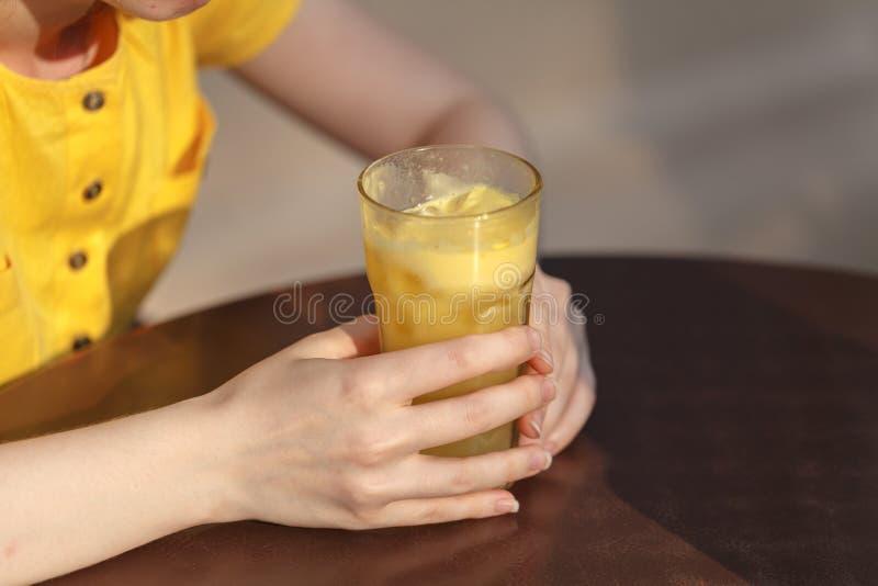 Moça que tem uma bebida saudável do batido do café da manhã do bom dia feita de alimentos super imagem de stock royalty free