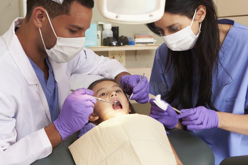 Moça que tem a verificação acima na cirurgia dos dentistas fotografia de stock
