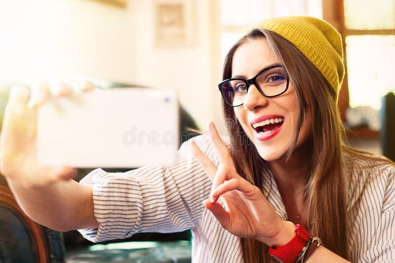 Moça que toma o selfie e que ri duramente fotografia de stock