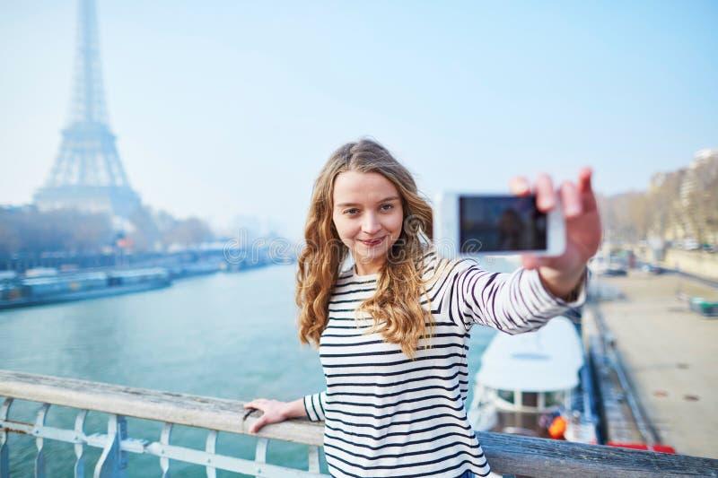 Moça que toma o selfie perto da torre Eiffel fotografia de stock