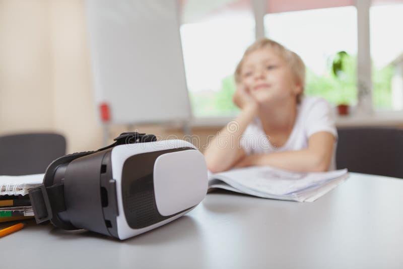 Moça que usa auriculares da realidade 3d virtual na escola imagens de stock royalty free