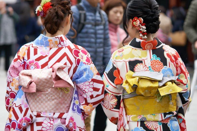 Moça que veste o quimono japonês que está na frente do templo de Sensoji no Tóquio, Japão O quimono é um vestuário tradicional ja fotos de stock