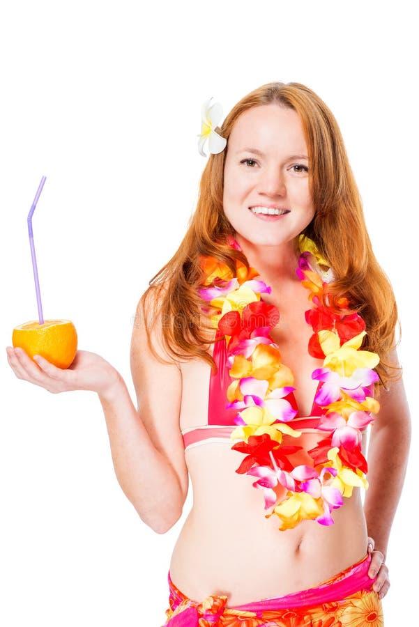 Moça ruivo com um vidro do cocktail em leus de Havaí fotos de stock royalty free