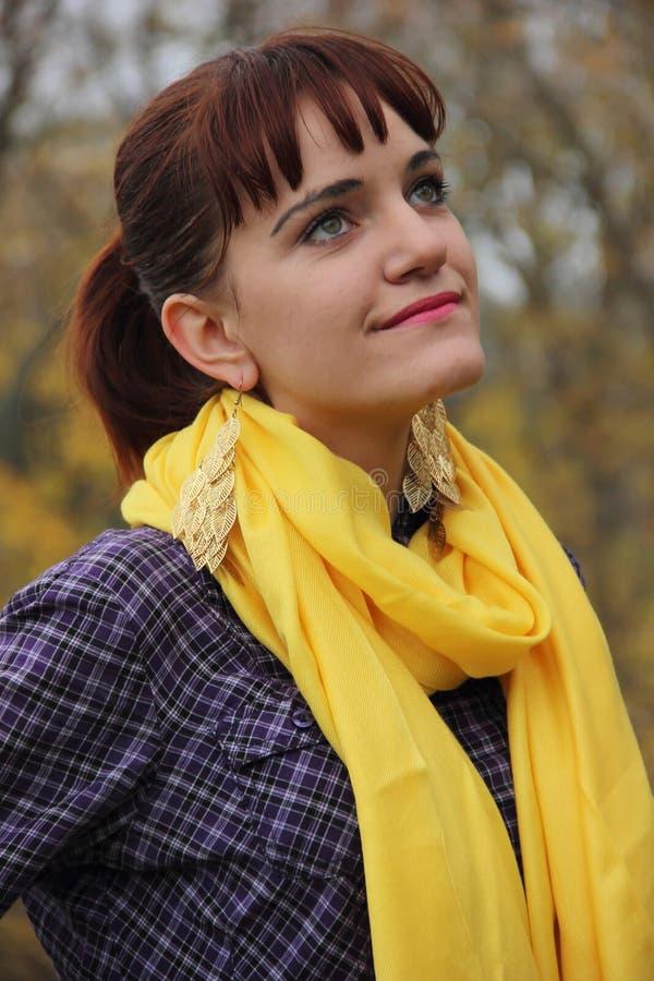 moça ruivo em um lenço amarelo fotografia de stock