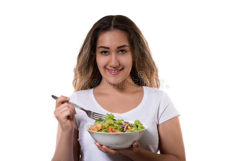 Moça saudável do estilo de vida que come um sorriso fresco da salada feliz fotos de stock