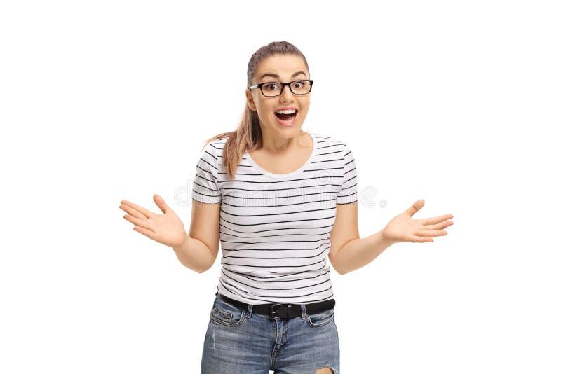 Moça surpreendida que olha a câmera e o sorriso fotos de stock royalty free