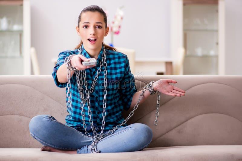 A moça viciado à tevê que desperdiça seu tempo imagens de stock royalty free