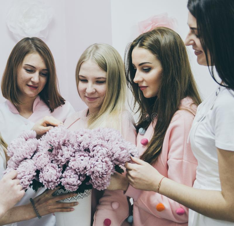Moças bonitas com flores da mola fotos de stock