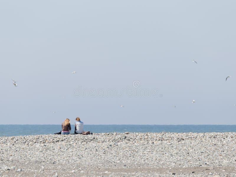 Moças na praia em Sochi fotografia de stock