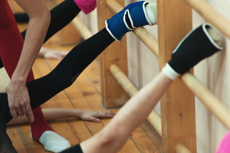 Moças no gym que faz o exercício da separação foto de stock royalty free