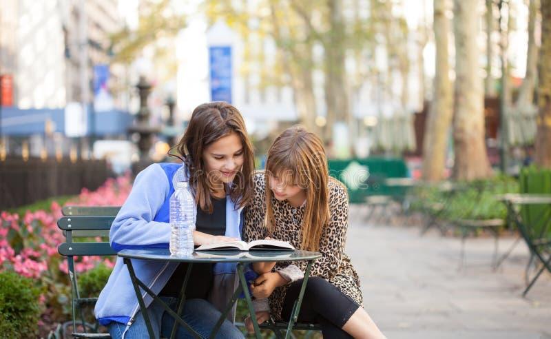 Moças no parque da cidade fotografia de stock