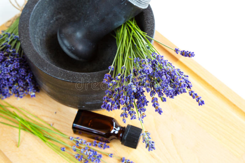 Moździerz z lawenda kwiatami, butelka olej, ziołowa medycyna zdjęcia stock