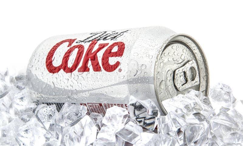 Może diety koka-kola na łóżku lód nad białym tłem obrazy stock