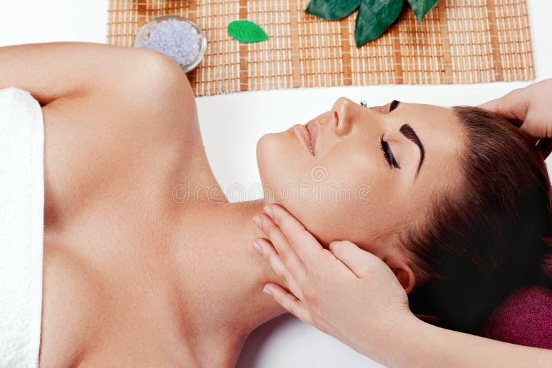 Mo?a bonita que tem a massagem de cara no sal?o de beleza dos termas foto de stock royalty free