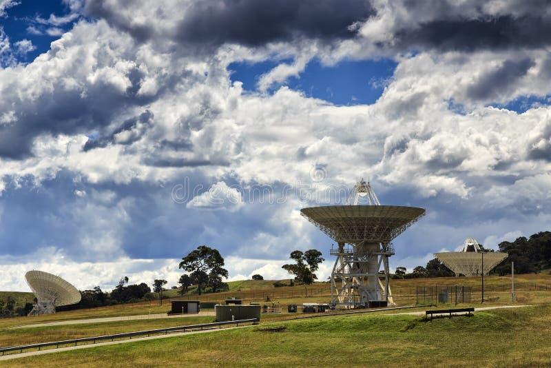 MOŻE 3 anten satelitarnych zbocze obrazy royalty free