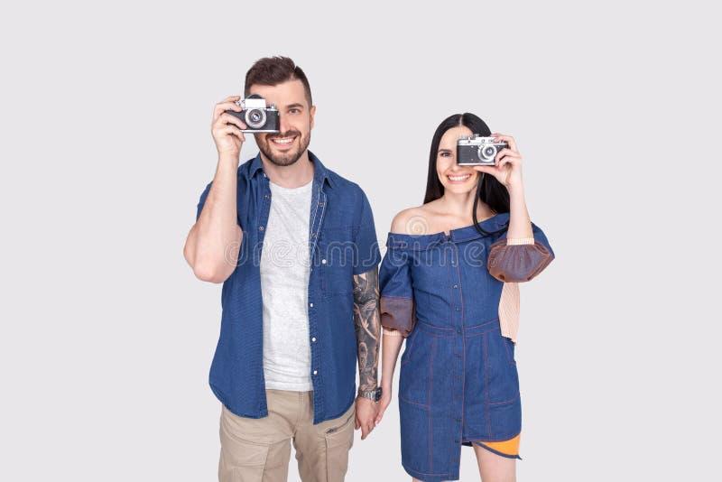 Mo?emy chapa? w ka?dej chwili Para fotografowie z retro kamerami Kobiety i mężczyzny chwyta fotografii analogowe kamery Paparazzi fotografia stock