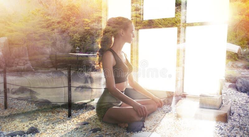 Mo?a que relaxa na posi??o da ioga em casa com jardim do zen Exposi??o dobro fotos de stock royalty free