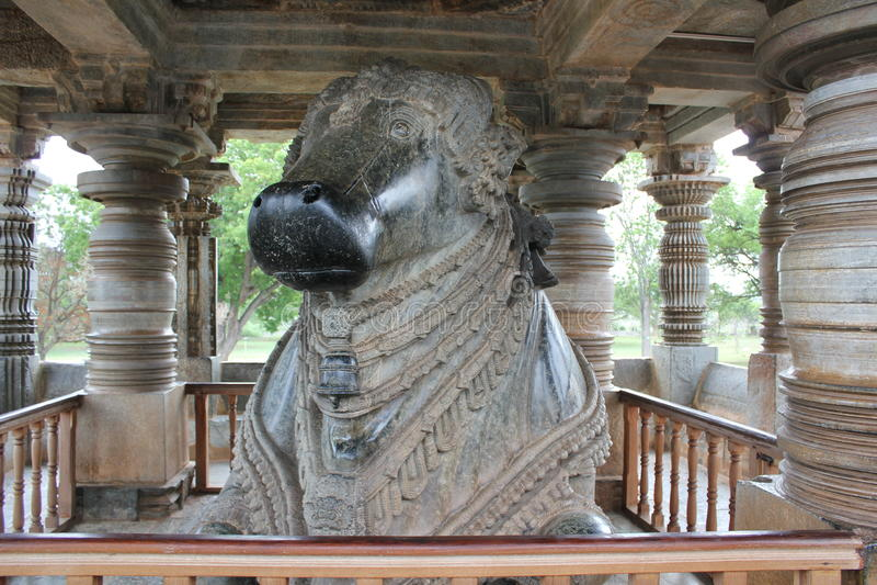 7mo templo monolítico más grande de Nandi - de Hoysaleswara foto de archivo