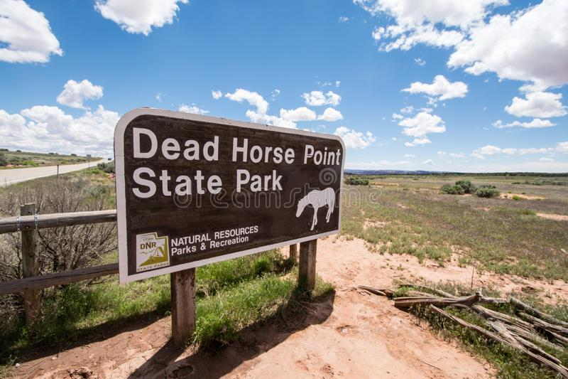 Moab, Utá: Sinal para o parque estadual do ponto do cavalo inoperante em Utá, um destino popular do turista para ver uma garganta fotos de stock royalty free