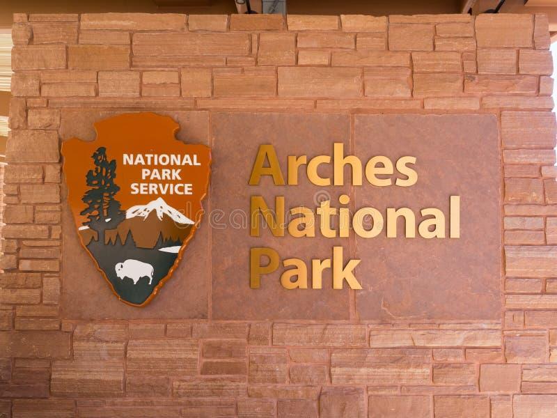Moab, Utah, los E.E.U.U. - mayo de 2017: Arquea la muestra de la entrada del parque nacional imagenes de archivo