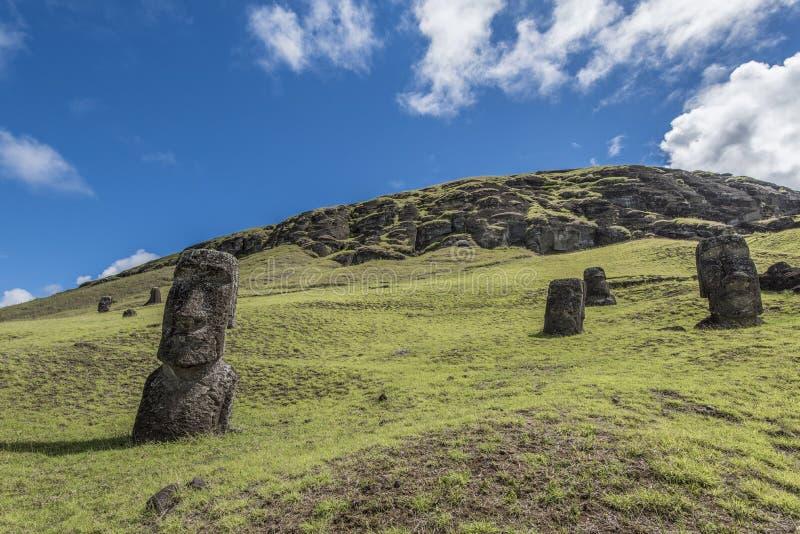 Moai在Rano Raraku火山的小山埋没了 库存图片