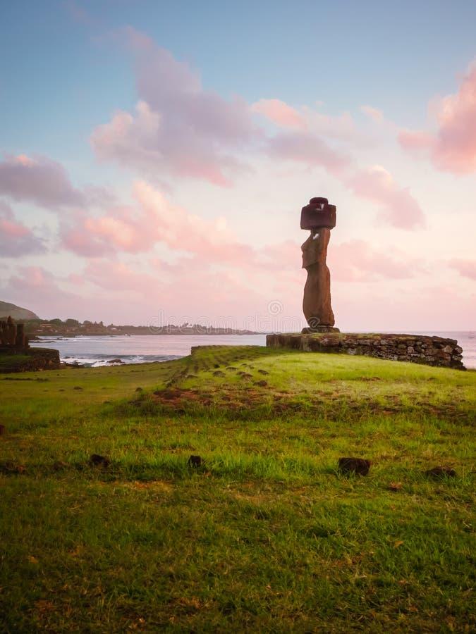 Moai av Ahu Tahai i Hanga Roa, huvudstad av påskön under solnedgång arkivfoton